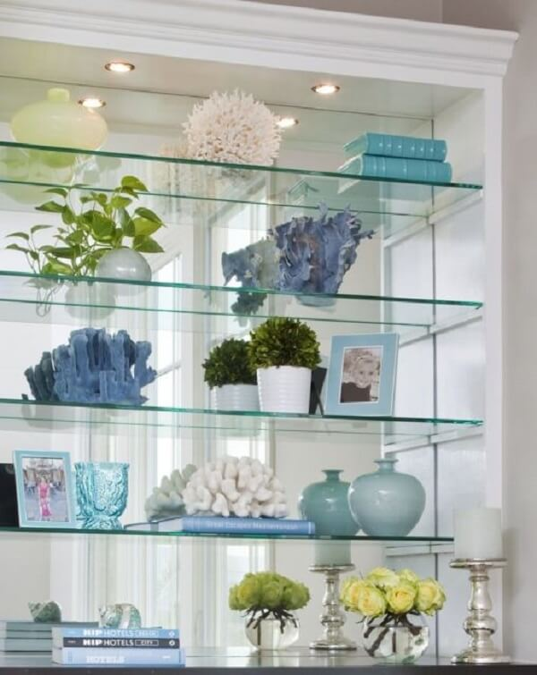Os spots de luz deixam a estante de gesso com vidro ainda mais linda. Fonte: Pinterest