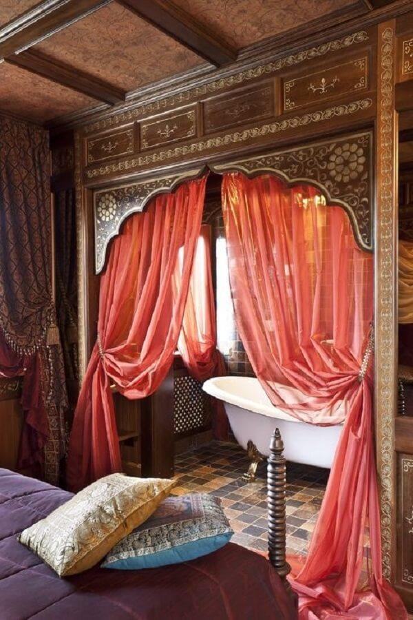 Os tecidos leves da decoração indiana separam os ambiente de quarto e banheiro. Fonte: Pinterest