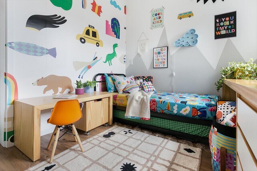 Papel de parede de bichinhos para quarto de criança decorado com escrivaninha de madeira Foto Renata D'Almeida para MOOUI