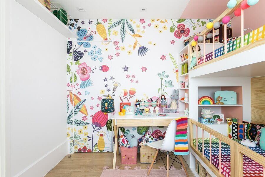 Papel de parede floral para quarto infantil compartilhado decorado com escrivaninha pequena Foto MOOUI