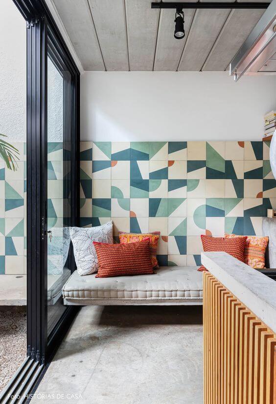 Parede de casa decorada com revestimento geométrico