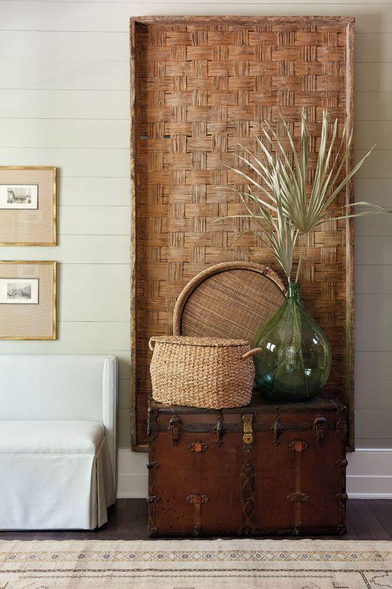 Parede de sala decorada com bau de madeira rustica