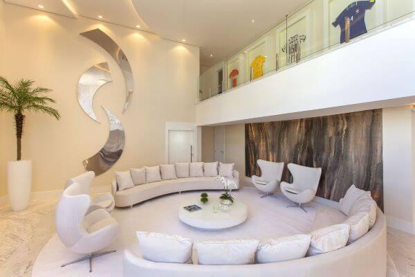 Parede de sala decorada com enfeite espelhado