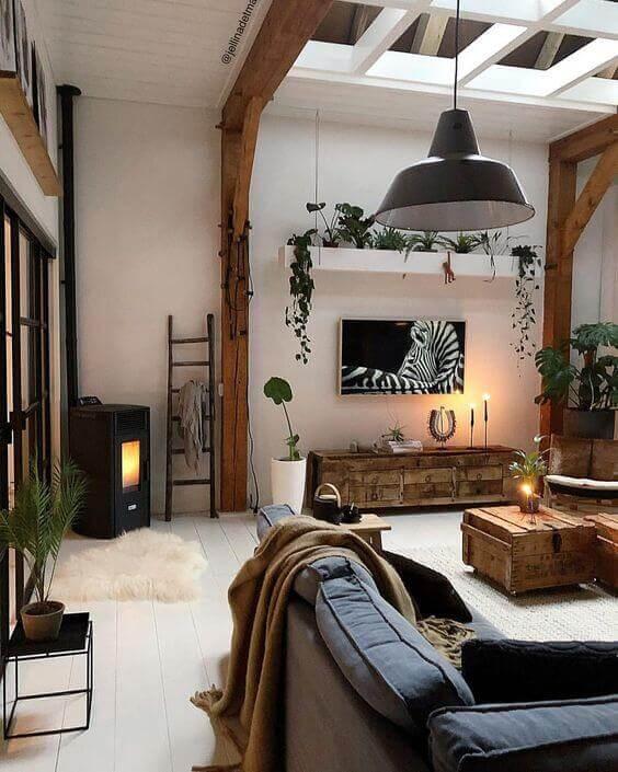 Parede de sala decorada com móveis rústicos e estilo boho