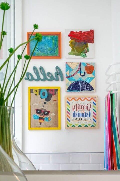 Parede de sala decorada com molduras coloridas e alegres