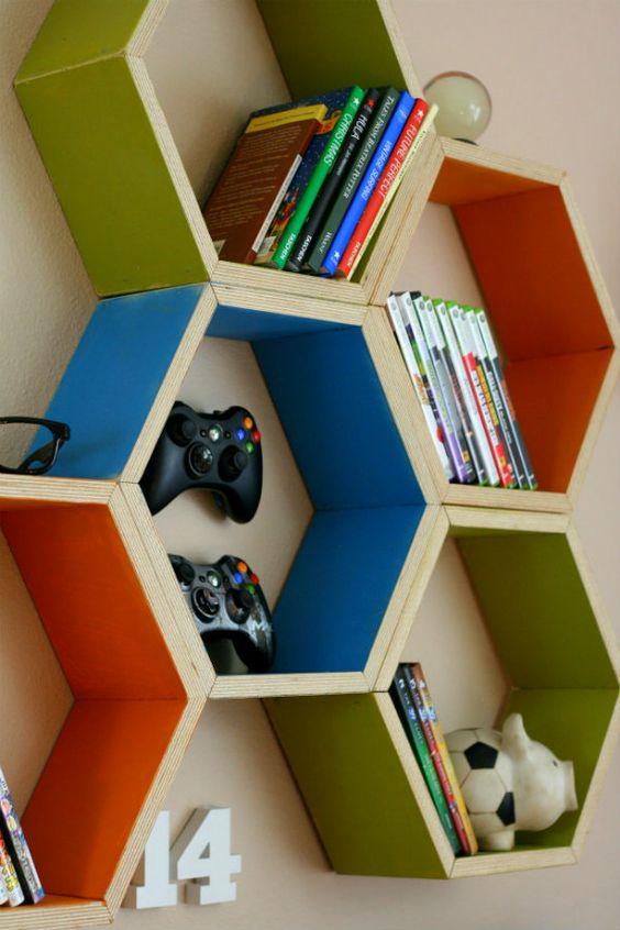 Parede de sala decorada com nichos coloridos para guardar jogos e enfeites