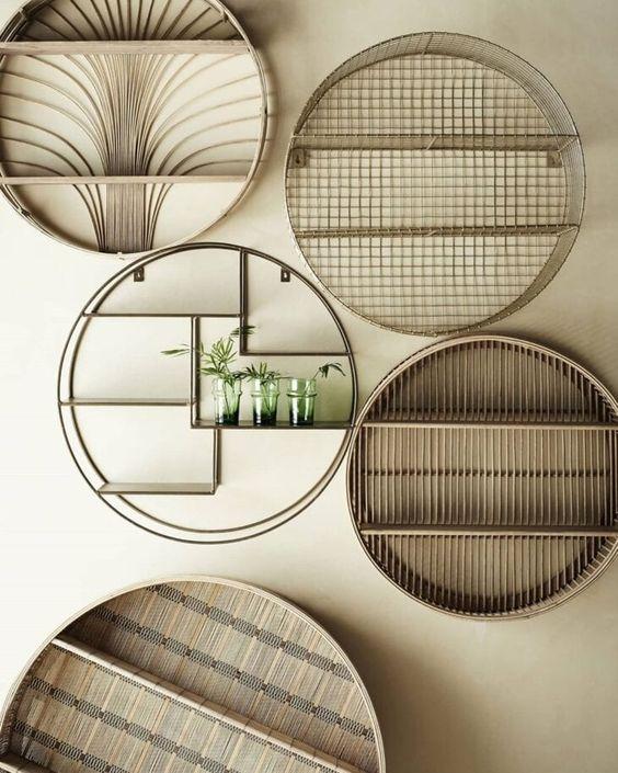 Parede de sala decorada com nichos redondos e criativos em diferentes tamanhos e estilos