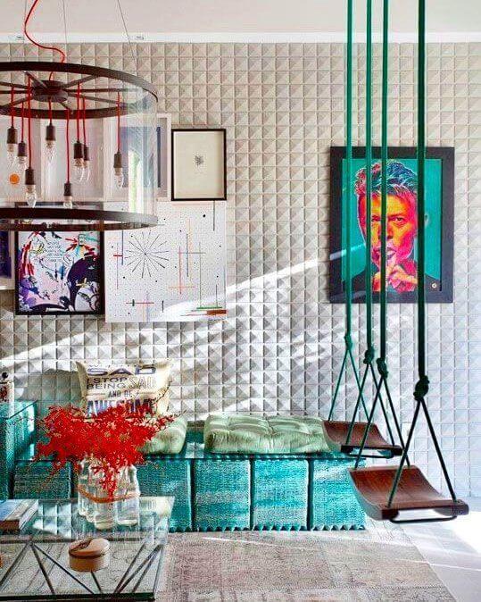 Parede de sala decorada com papel de parede 3d e quaros coloridos e criativos