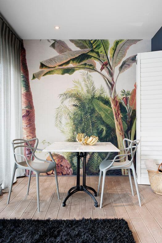Parede de sala decorada com papel de parede de árvores colorido