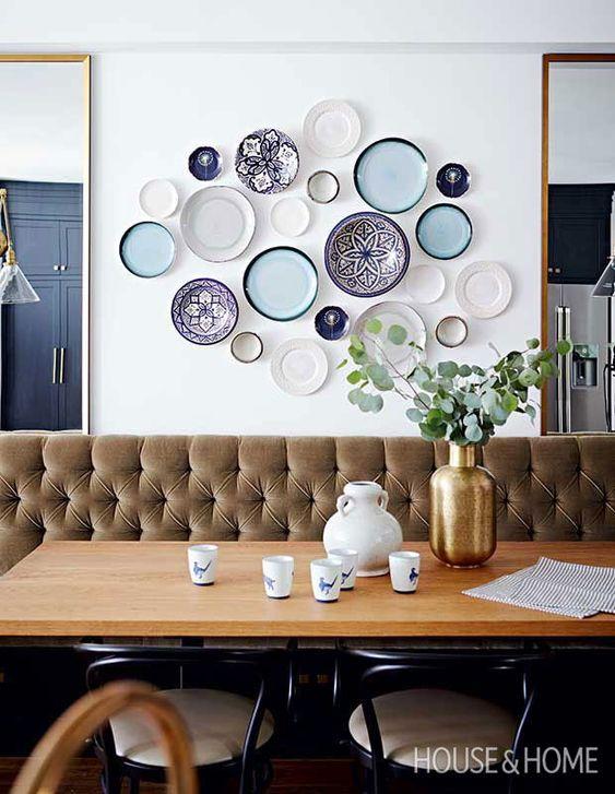 Parede de sala decorada com pratos de porcelanato em tons de azul e branco