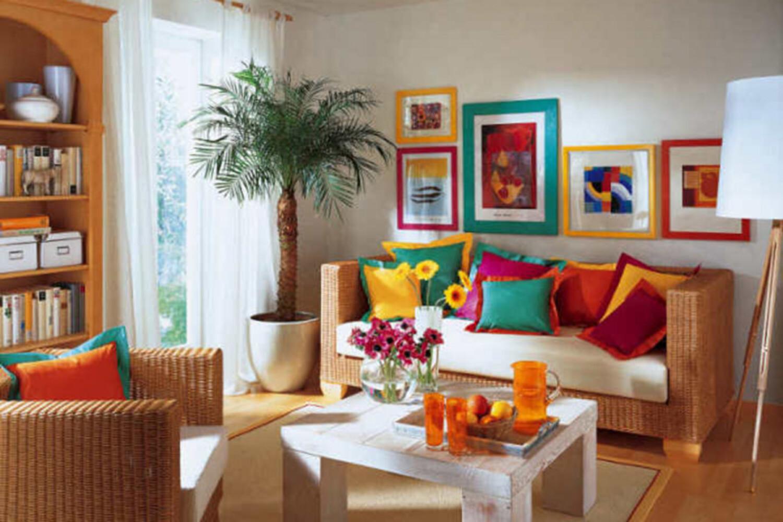 Parede de sala decorada com quadros e moldura colorida
