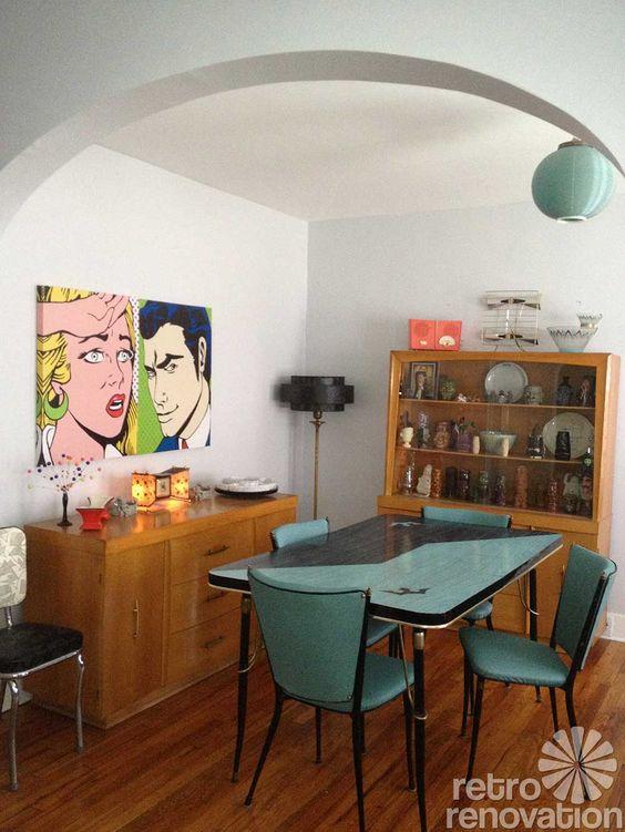 Parede de sala decorada com quadros retros coloridos