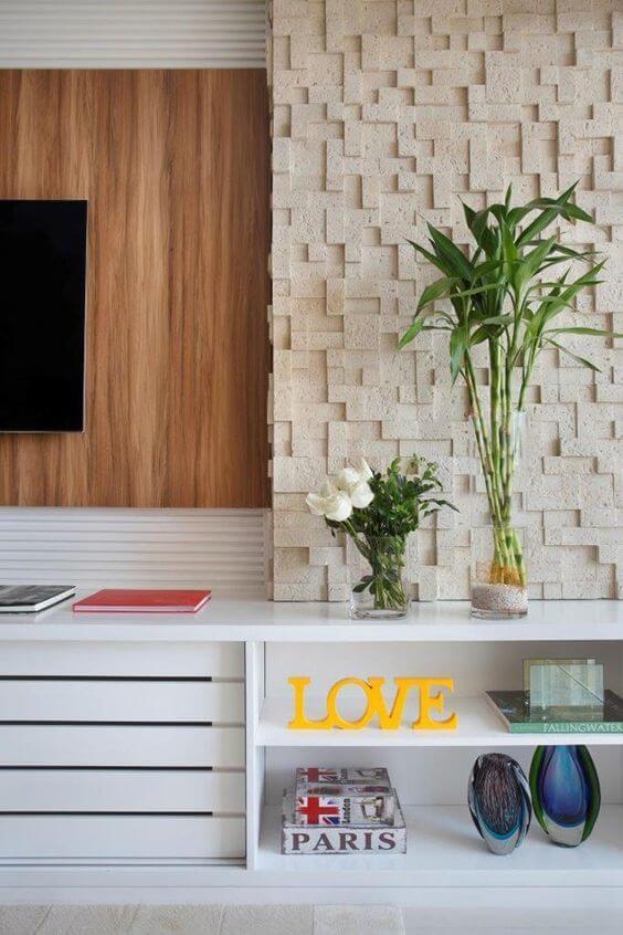Parede de sala decorada com revestimento 3D e amadeirado