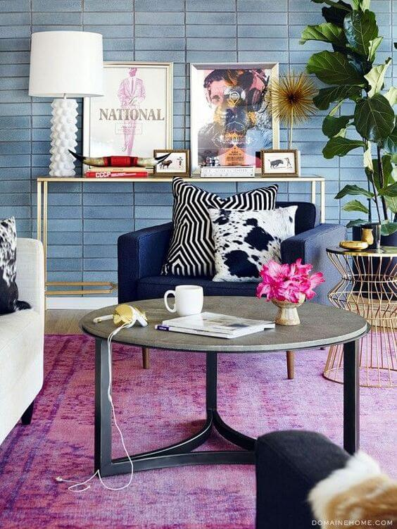 Parede de sala decorada com tons de azul e lavanda
