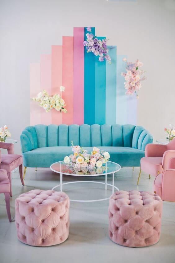 Parede de sala decorada em tons de azul e rosa para uma decoração delicada e feminina