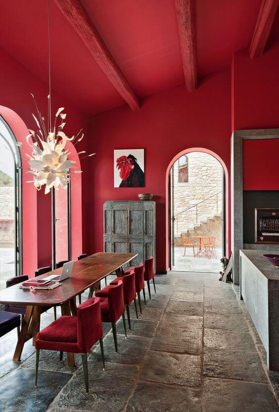 Parede de sala decorada em tons de vermelho