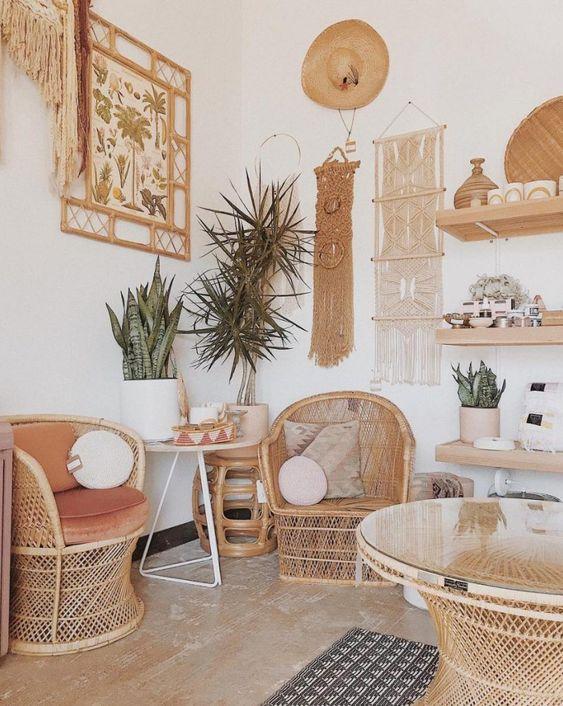 Parede de sala decorada no estilo boho chic