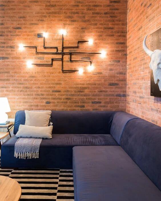 Parede de sala decorada no estilo industrial com arandela moderna e criativa
