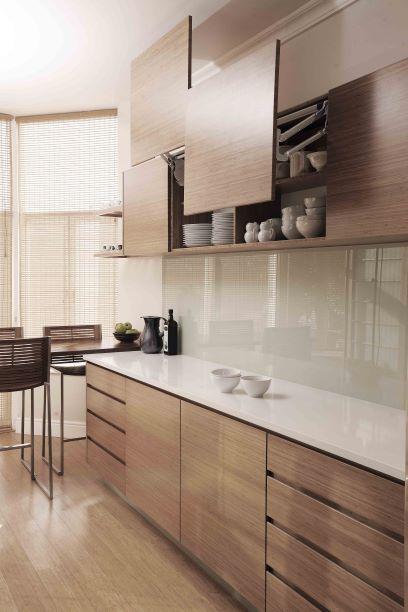 Pedra para bancada quartzo na cozinha americana de madeira
