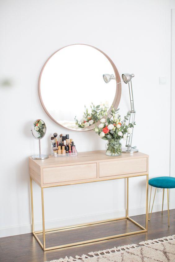 Penteadeira com moldura redonda para espelho