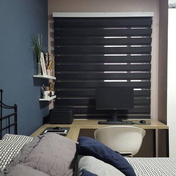 Persiana preta horizontal no quarto planejado com escrivaninha