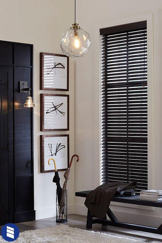 Persiana preta na sala de estar com banco preto