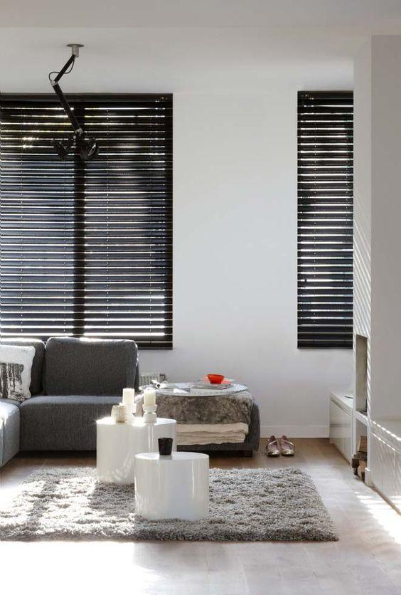 Persiana preta para sala de estar cinza e branca