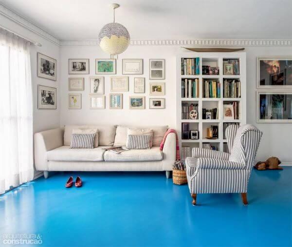 Piso pintado azul claro na sala de estar