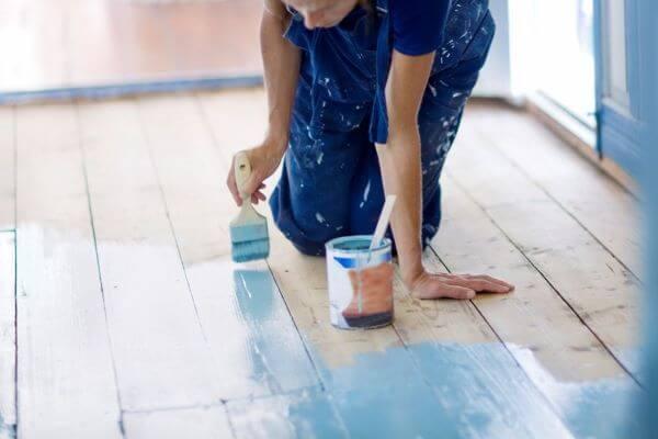 Piso pintado com cores vibrantes