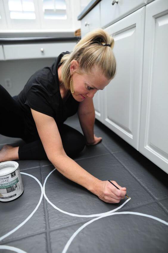 Piso pintado com formas geometricas redonda para cozinha