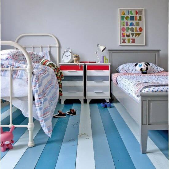 Piso pintado com listras em tons de azul