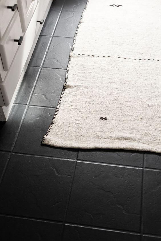 Piso pintado preto com tapete branco