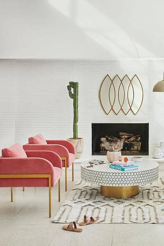 Poltrona cor pessego para sala grande decorada