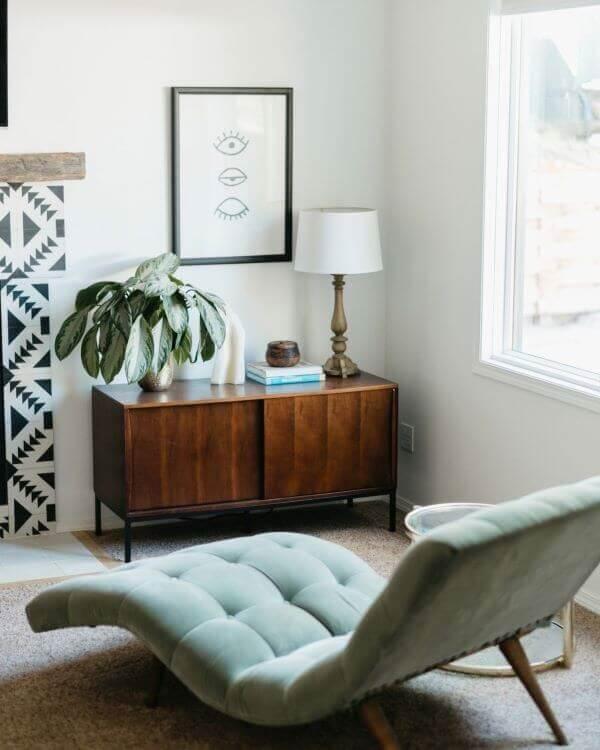 Poltrona divã para sala e móveis de madeira fazem uma combinação perfeita. Fonte: Pinterest