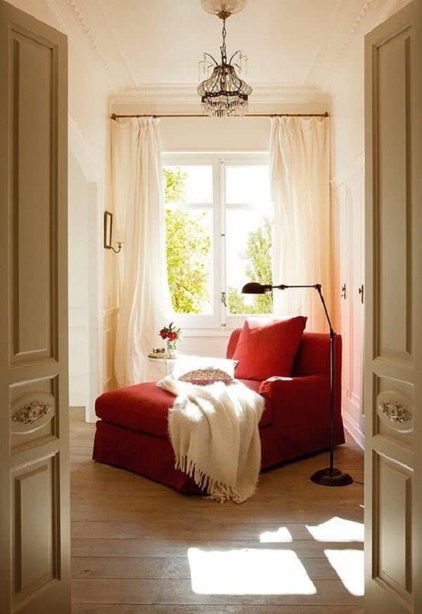 Poltrona divã vermelha e manta branca trazem conforto aos usuários. Fonte: Pinterest