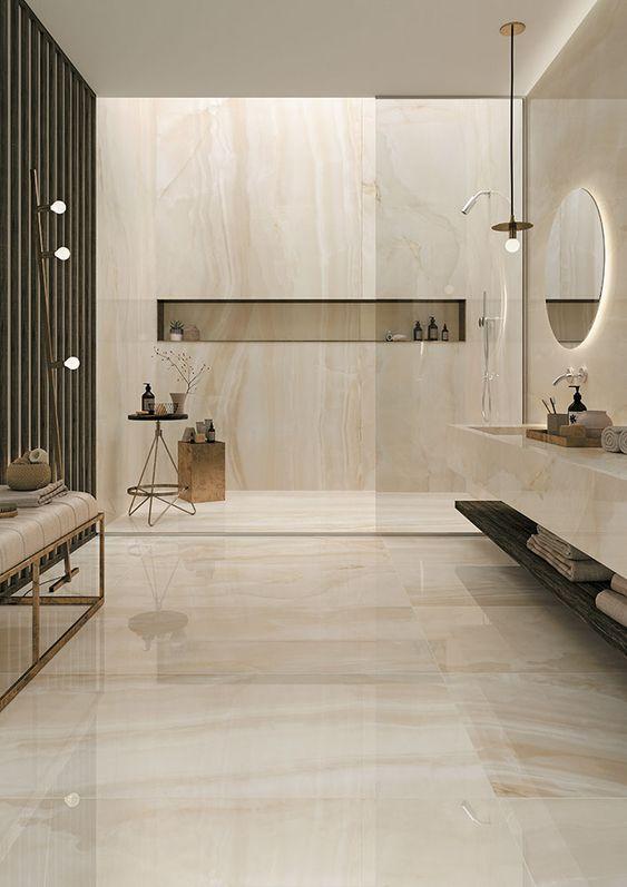 Porcelanato marmorizado para banheiro com piso bege e nicho de embutir na parede