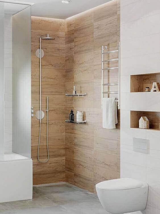Porcelanato para banheiro amadeirado dentro do box com nicho de embutir para banheiro moderno