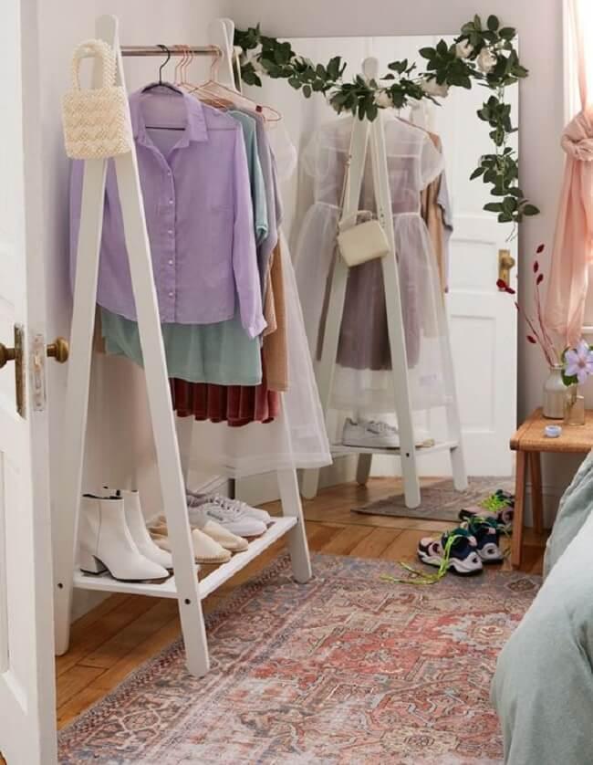 Procure posicionar um espelho ao lado da arara de madeira, assim será mais fácil formar os looks. Fonte: Pinterest