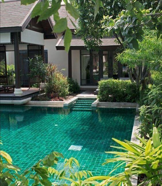 Projeto de casa com piscina verde esmeralda. Fonte: Pinterest