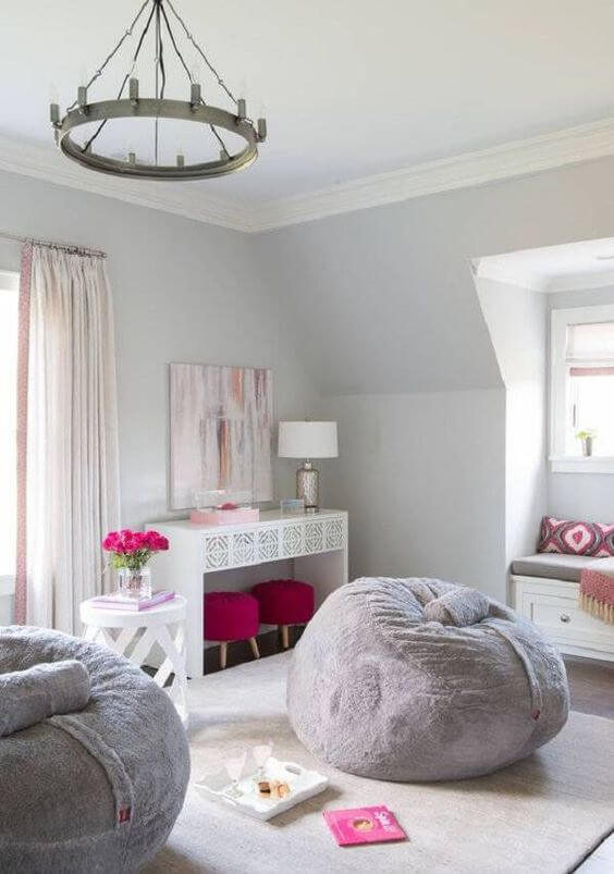 Puff fofão na sala grande decorada com móveis rosa e cinza
