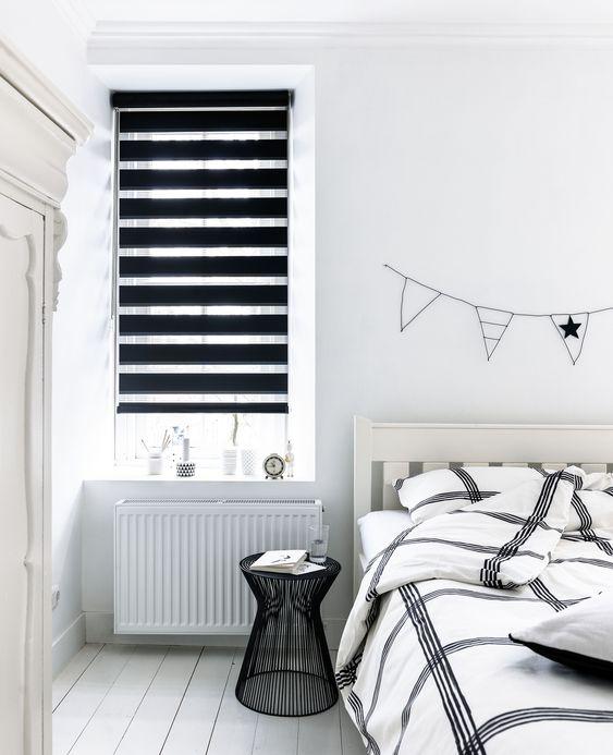 Quarto branco com persiana preta