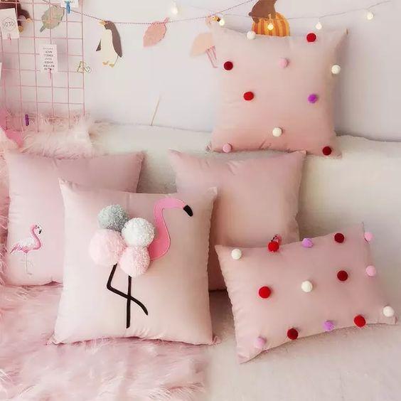 Quarto com almofadas divertidas de flamingo