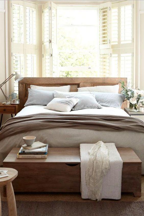 Quarto com bau de madeira na ponta da cama