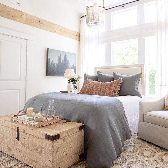 Quarto com bau de madeira rustico e roupa de cama azul