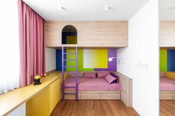 Quarto com beliche de madeira com a parte de cima fechada