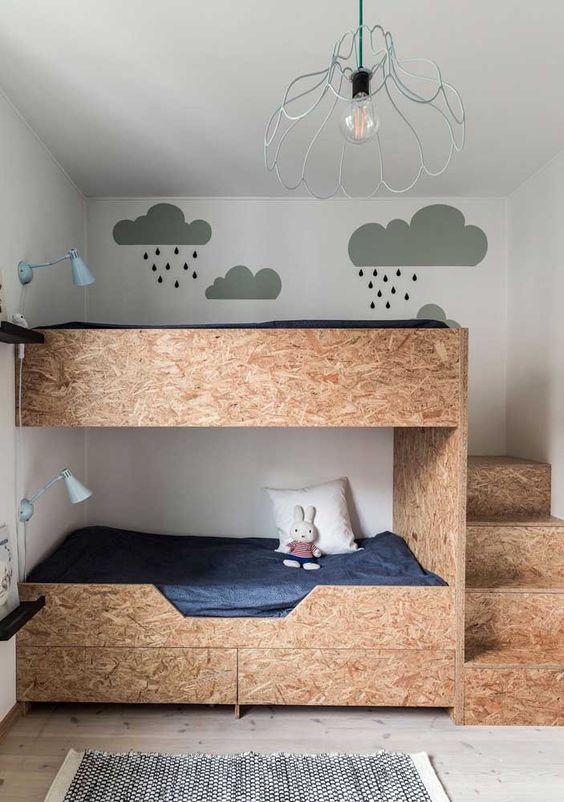 Quarto com beliche de madeira criativo