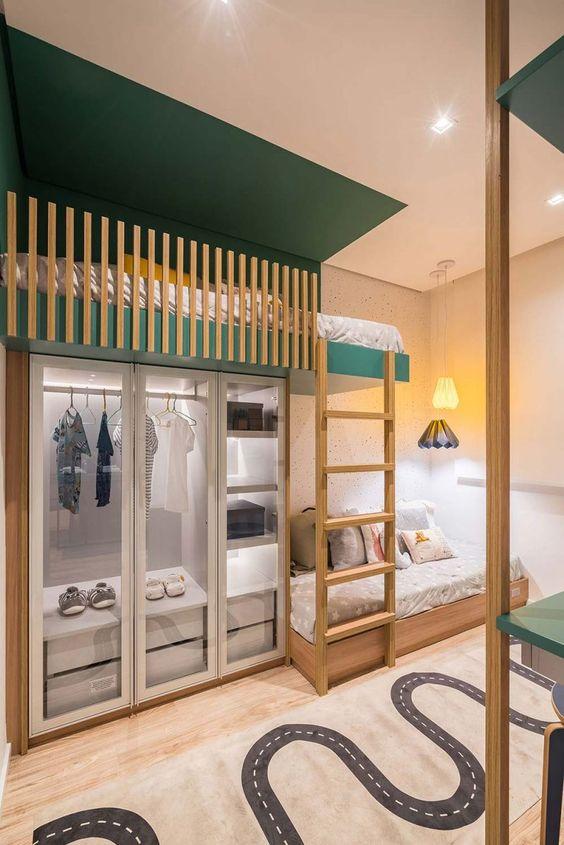 Quarto com beliche de madeira e closet planejado