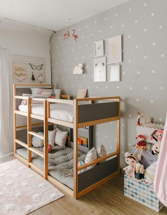 Quarto com beliche de madeira e papel de parede neutro