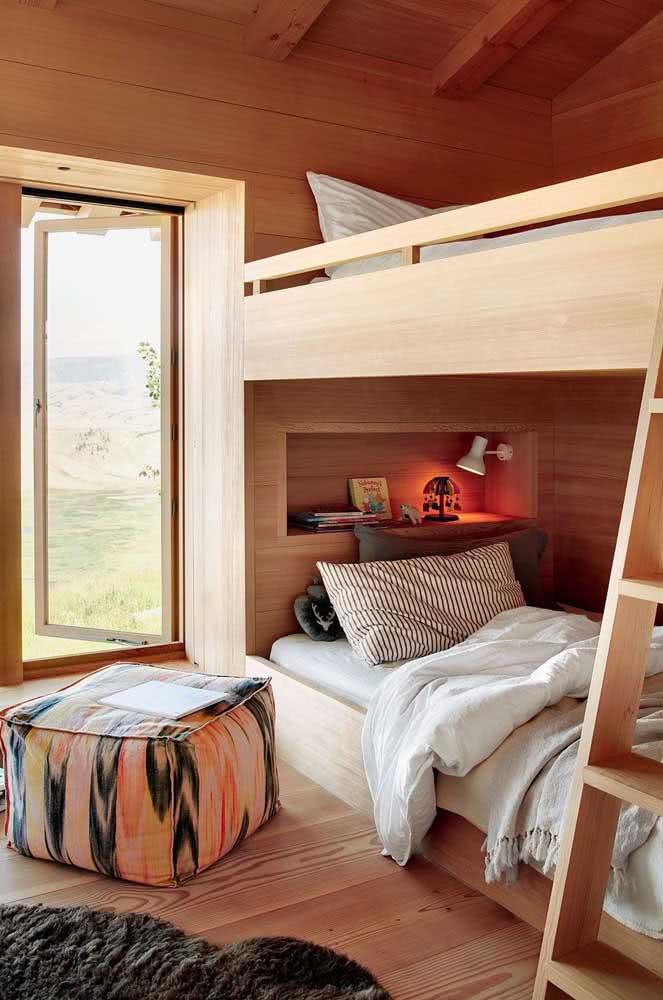 Quarto com beliche de madeira e varanda