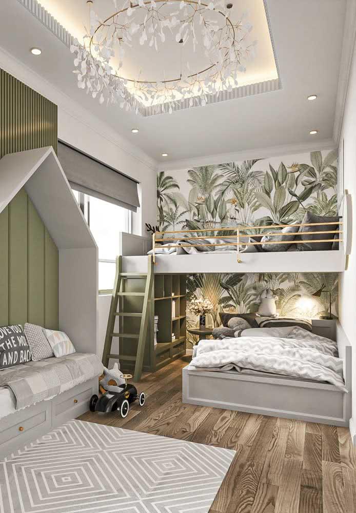 Quarto com beliche de madeira e papel de parede em tons de verde